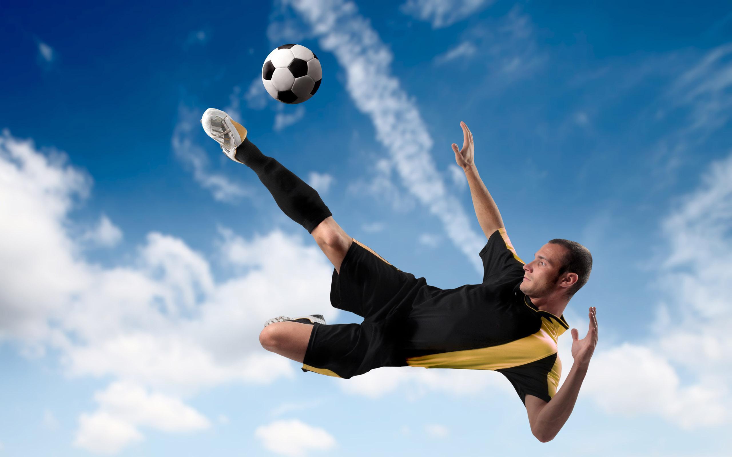 Где можно поиграть в футбол в Санкт-Петербурге?